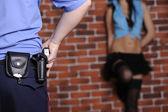 Polis dröjsmål prostituerad — Stockfoto