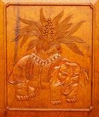 Elefante de madera del panel puerta jing un templo shangai china — Foto de Stock