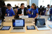 Sales person in Apple store — Stock Photo
