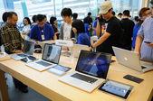 Customers trying macbook pro — Stock Photo