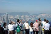 Tourists sightseeing the Hong Kong skyline — Stock Photo