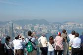 Tourists sightseeing the Hong Kong skyline — Stock Photo
