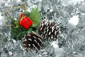 Enfeites de Natal sobre a guirlanda de prata — Fotografia Stock