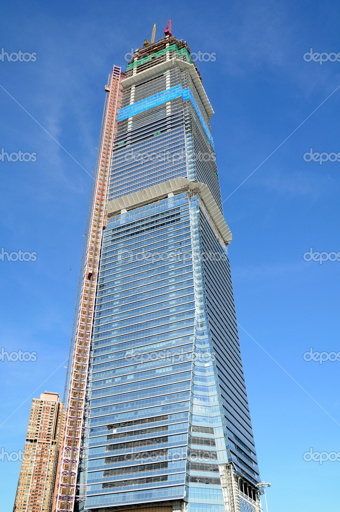 Highrise building in construction over blue sky — Stock Photo #9146064