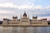 Coup de contraste pour le parlement budapest — Photo