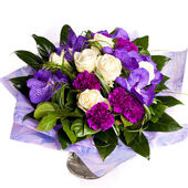 Bunch of violet flowrs in vase — Stock Photo