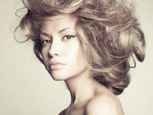Hermosa mujer con pelo magnífico — Foto de Stock