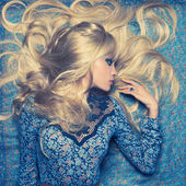 Blondin på blå — Stockfoto