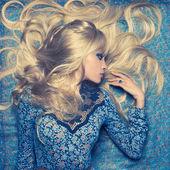 Blondýna na modré — Stock fotografie