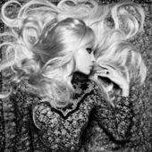 Bella donna con magnifici capelli — Foto Stock