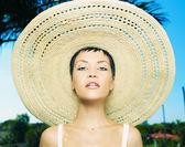 Pani w słomkowym kapeluszu — Zdjęcie stockowe