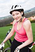 Kobieta kolarstwo — Zdjęcie stockowe