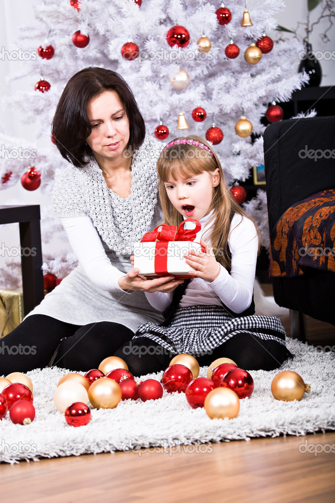 Little girl geting a Christmas gift — Stockfoto #8072138