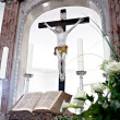 Holy Bible and Flowers on altar in the church - Stockfoto