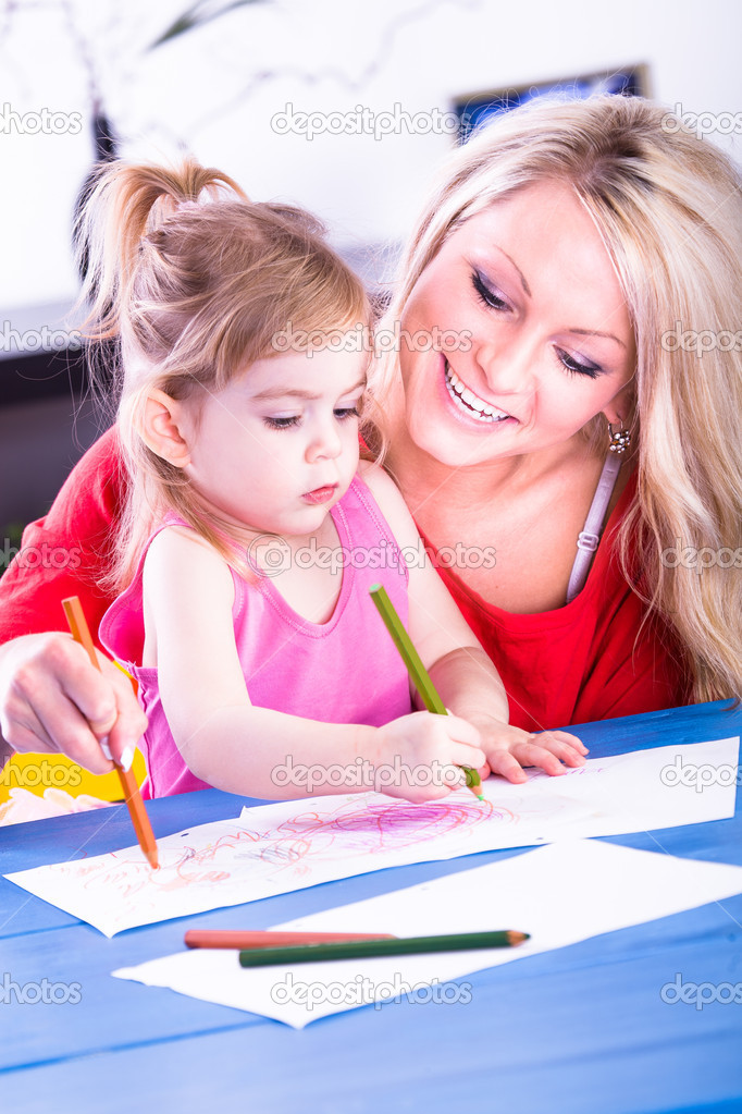 The young girl drawing with her mother — Stock Photo #9506217