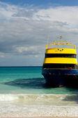Ferry arriving — Stock Photo