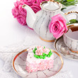 Сake with roses and cup of tea — Stock Photo #9967741