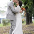 Bride and groom kissing — Stockfoto