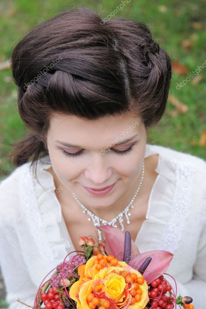 Beautiful young bride, portrait outdoors — Stock Photo #10261442