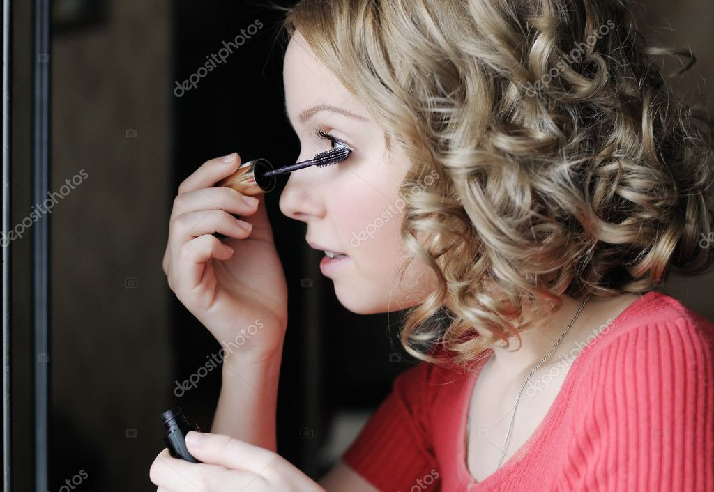 Charming adolescence girl applying mascara — Stock Photo #10501299