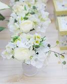 вкусный белые и жёлтые цветы искусственные — Стоковое фото