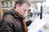 Mann mit karte — Stockfoto
