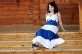 Femme sur porche en bois — Photo