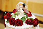 Figurines on top of wedding cake — Stock Photo