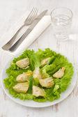 Karczoch sałatka z sałaty na talerzu — Zdjęcie stockowe