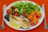 Gebakken vis met groenten en salade — Stockfoto