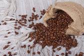 Kahve çekirdekleri tuval çuval içinde — Foto de Stock
