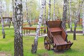 Antigo carrinho de madeira no jardim — Fotografia Stock
