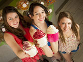 Comendo iogurte congelado — Foto Stock