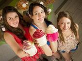 äta fryst yoghurt — Stockfoto