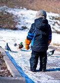 Garçon marche dans le parc et observer les oiseaux — Photo