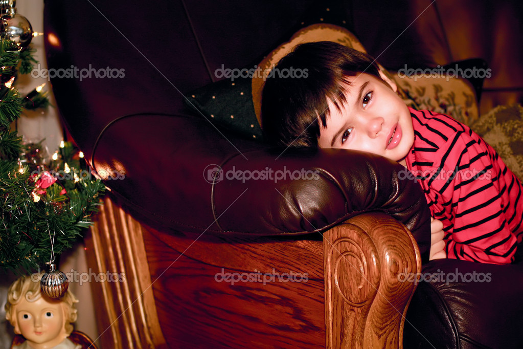 Boy looks out for christmas tree, indoor — Foto Stock #8389902