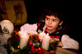 クリスマス ・ イヴです。美しい男の子とのクリスマスの装飾 — ストック写真