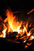 Waterkoker boven vuur in schemering — Stockfoto