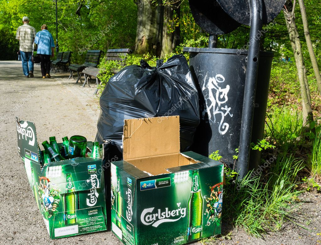 Carlsberg bottle beers near litter bin in Polish park — Stock Photo #10451406