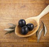 оливки на ложку — Стоковое фото