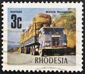 Rodésia - circa 1980: um selo mostra imagem comemorando o transporte rodoviário, por volta de 1980 — Foto Stock