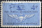 états-unis - circa 1961 : timbre imprimé aux états-unis présente le premier avion de la marine et les ailes de l'aéronavale, vers 1961 — Photo