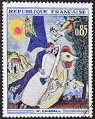 França - cerca de 1963: mostra o trabalho de um selo imprimido em frança a noiva e o noivo da torre eiffel por marc chagall, cerca de 1963 — Fotografia Stock