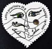 FRANCE - CIRCA 2003: A stamp printed in France shows two kissing in a heart by Franck Sorbier, circa 2003 — Foto de Stock