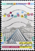 FRANCE - CIRCA 1989: A stamp printed in France shows louvre museum, circa 1989 — Stok fotoğraf