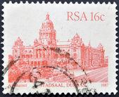 Republika południowej afryki - około 1986: znaczek wydrukowany w rpa przedstawia wizerunek stadsaal budynku w durban, około 1986 — Zdjęcie stockowe