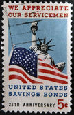 UNITED STATES OF AMERICA - CIRCA 1966: A stamp printed in USA dedicated to Honoring American servicemen and US savings bonds, shows Statue of Liberty and American Flag, circa 1966 — Foto Stock