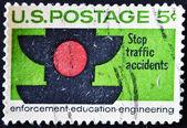Usa - cirka 1965: en stämpel tryckt i usa visar signalen trafik, trafiksäkerhet och förebyggande av trafikolyckor, cirka 1965 — Stockfoto