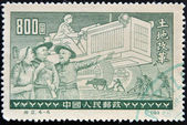 China - circa 1955: un sello impreso en china demuestra la reforma agraria, circa 1955 — Foto de Stock