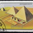 MONGOLIA - CIRCA 1990: A stamp printed in mongolia shows the pyramids of Egypt, circa 1990 — Foto Stock